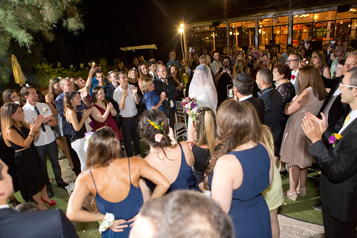 עלות צלם לחתונה צילום מחוץ לעדשה חופה